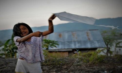 Zdjecie FILIPINY / Cebu / Zaragoza Island / Dziewczyna z latawcem
