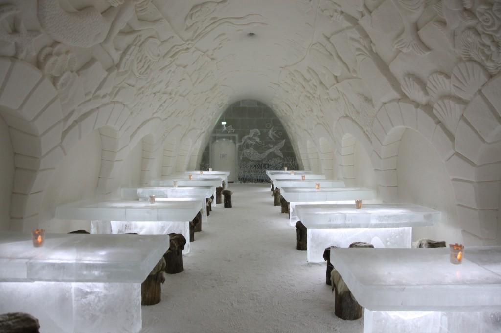 Zdjęcia: Kemi, Laponia, Restauracja w śniegu, ze ścianą i stołami z lodu, FINLANDIA