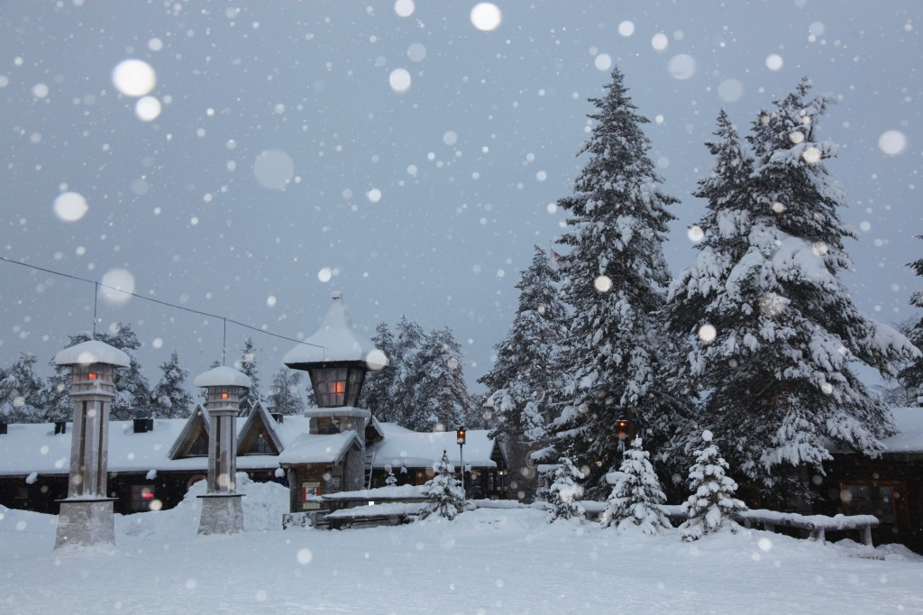 Zdjęcia: Rovaniemi, Laponia, Padający śnieg w błysku flesza, FINLANDIA