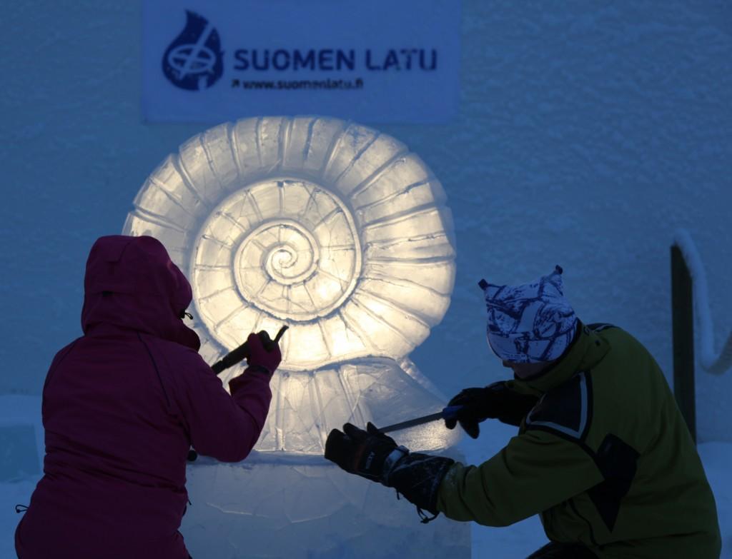 Zdjęcia: Kemi, Laponia, Rzeźbiarze lodowi przy pracy, FINLANDIA