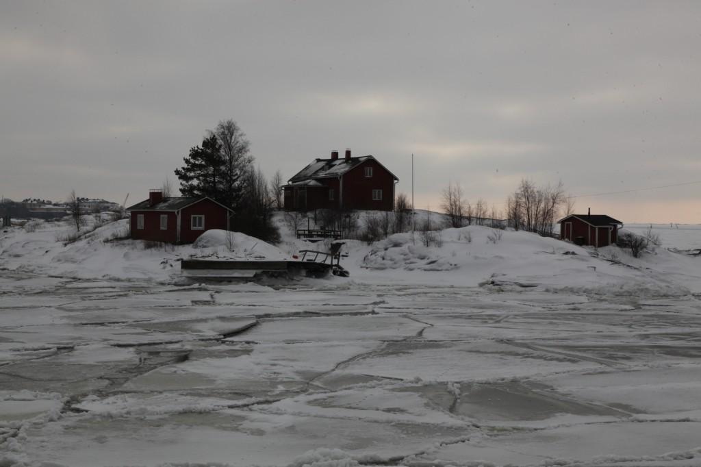 Zdjęcia: Twierdza Suomenlinna, Helsinki, Domek na wyspie wśród lodów, FINLANDIA