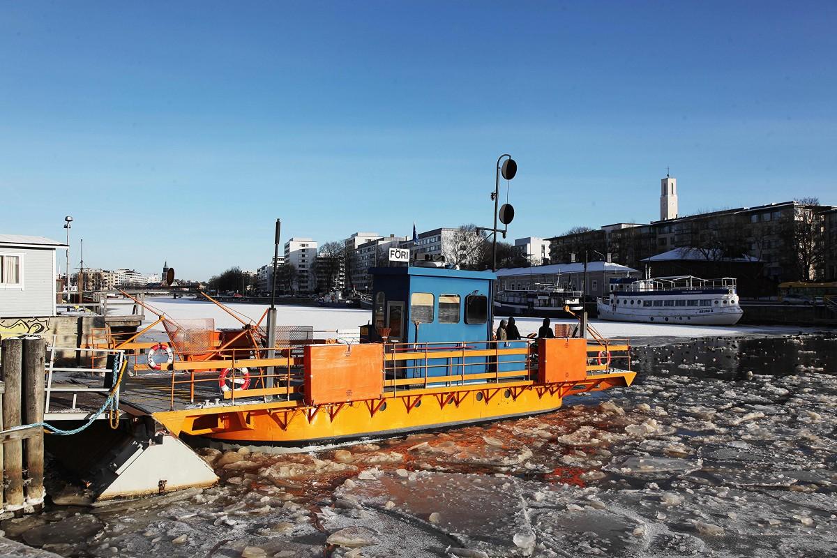 Zdjęcia: Turku ,  Varsinais-Suomi , Prom przez rzekę Aurajoki zimą, FINLANDIA