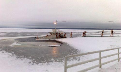 Zdjecie FINLANDIA / Tampere / jazioro koło Tampere / Wskakujemy do przerębla prost z sauny. Niezłe przyżycie