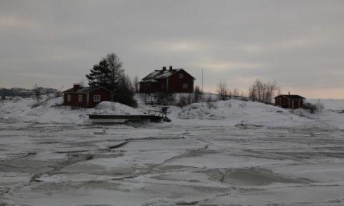 Zdjęcie FINLANDIA / Helsinki / Twierdza Suomenlinna / Domek na wyspie wśród lodów