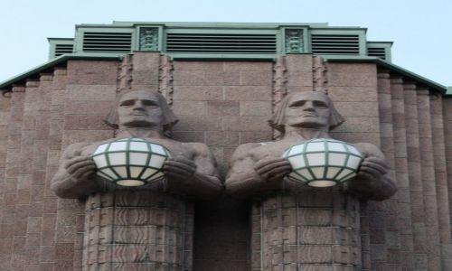 Zdjecie FINLANDIA / Uusimaa / Helsinki / Oświetlają dworzec