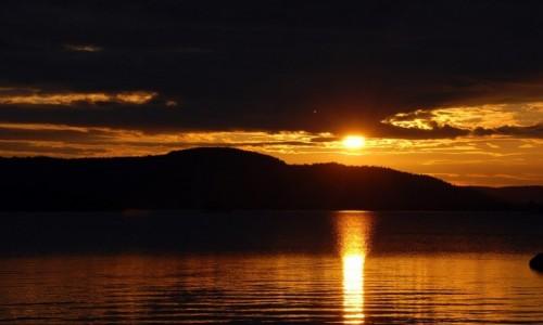 FINLANDIA / Laponia / Inari / Słońce o północy nad jeziorem Inari