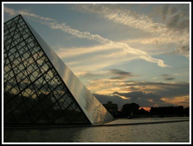 Zdjęcia: Przed Luvrem, Paryz, Piramida , FRANCJA