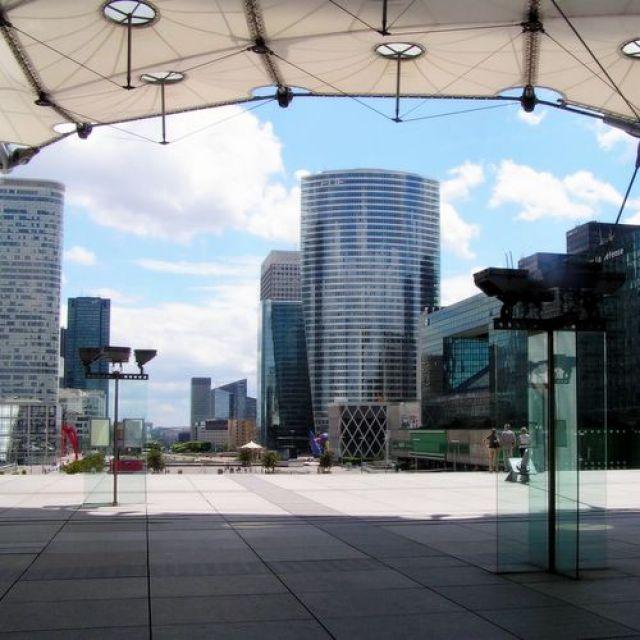 Zdjęcia: Paryż, dzielnica La Defense, widok spod Grande Arche, główna oś La Defense, FRANCJA
