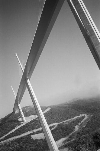 Zdj�cia: Po�udniowa Francja, Pod mostem w Millau, FRANCJA