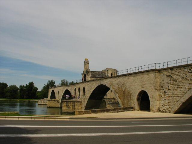Zdjęcia: Avignion, Prowansja, tańczą panowie tańczą panie na moście w Avigion, FRANCJA