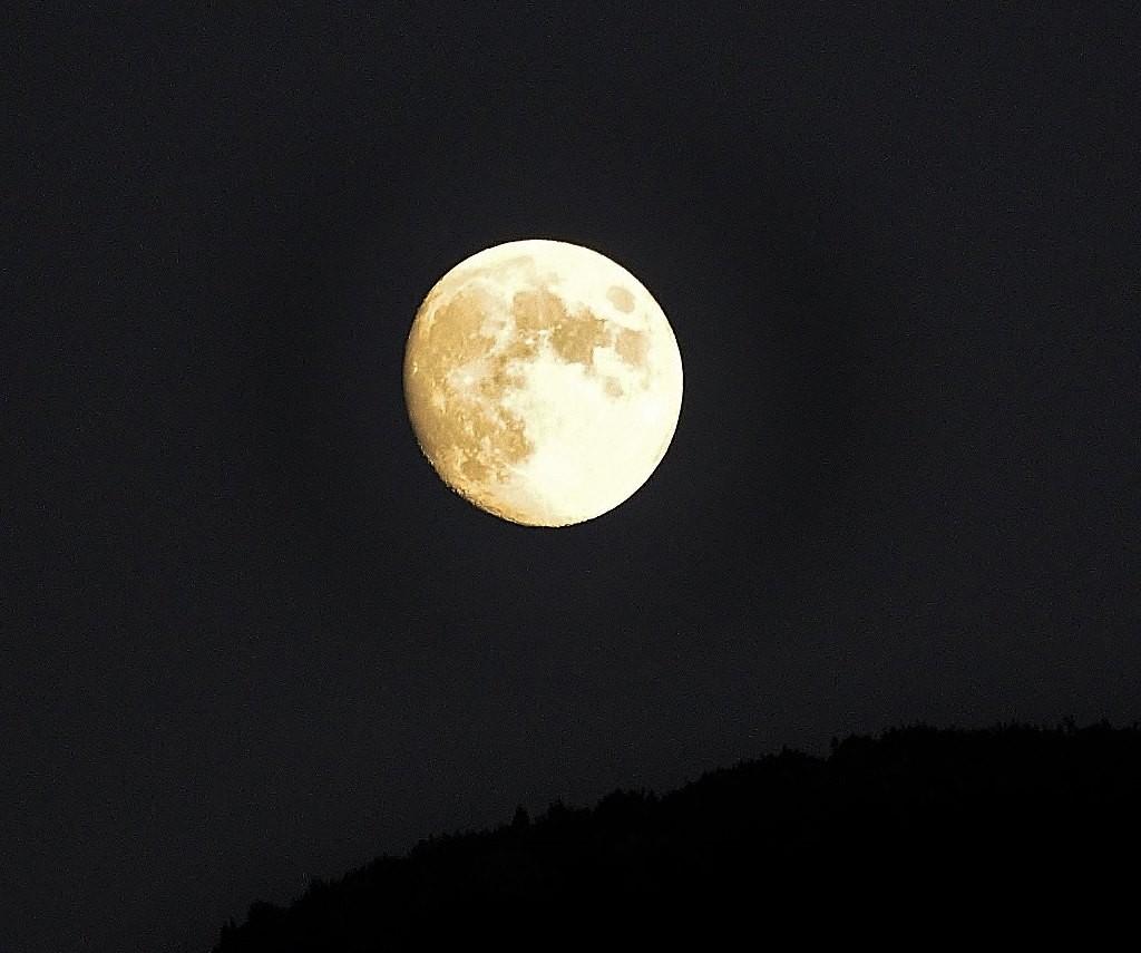Zdjęcia: Lourdes, Midi-Pyrénées, Lourdes, księżyc nad Pirenejami, FRANCJA