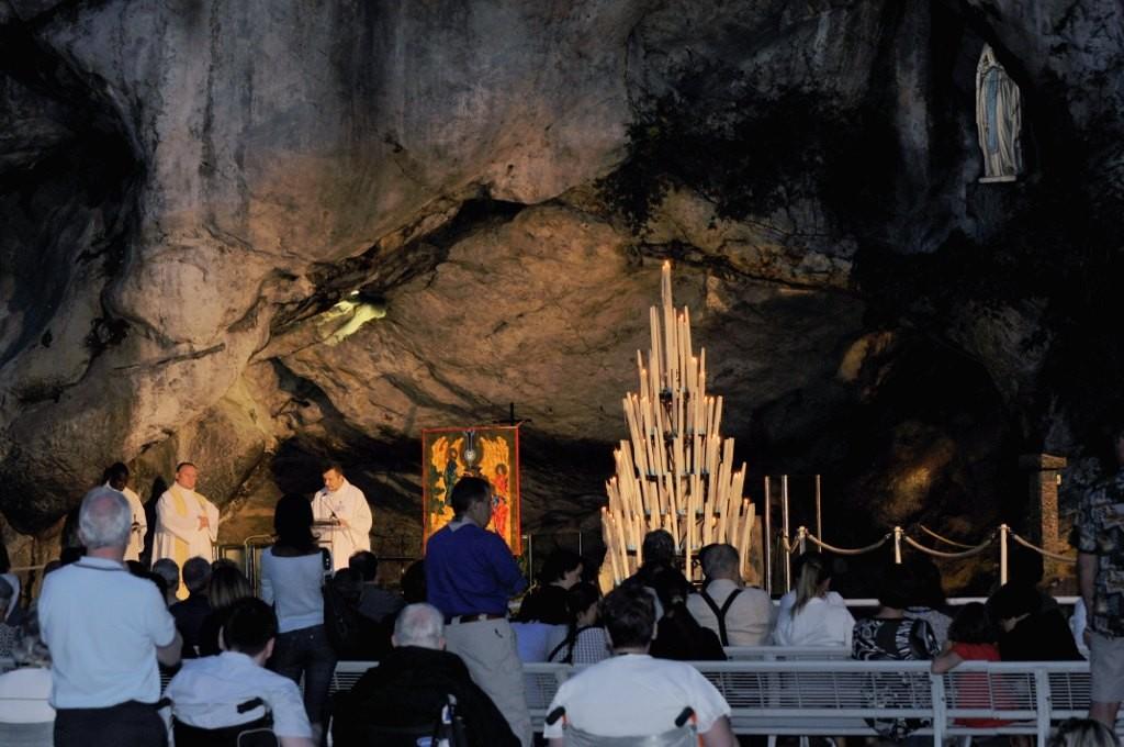 Zdjęcia: Lourdes, Midi-Pyrénées, Lourdes, wieczorne nabożeństwo w grocie ojawień, FRANCJA