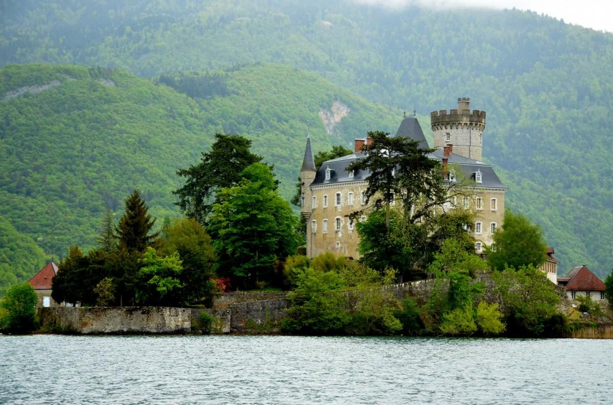 Zdjęcia: Duingt nad jeziorem Annency, Owernia-Rodan-Alpy, Górna Sabaudia, Zamek Ruphy z XI w., FRANCJA
