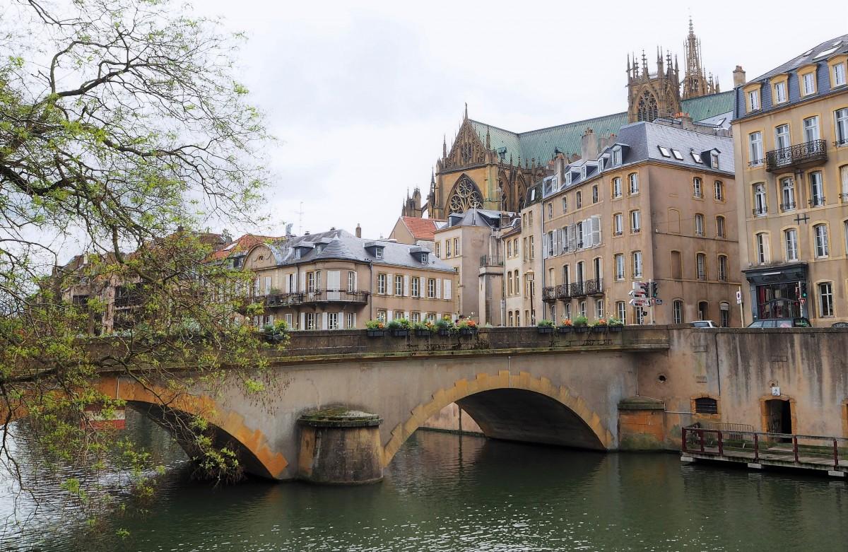 Zdjęcia:  Metz, Lotaryngia, na prawo most, na lewo most..., FRANCJA