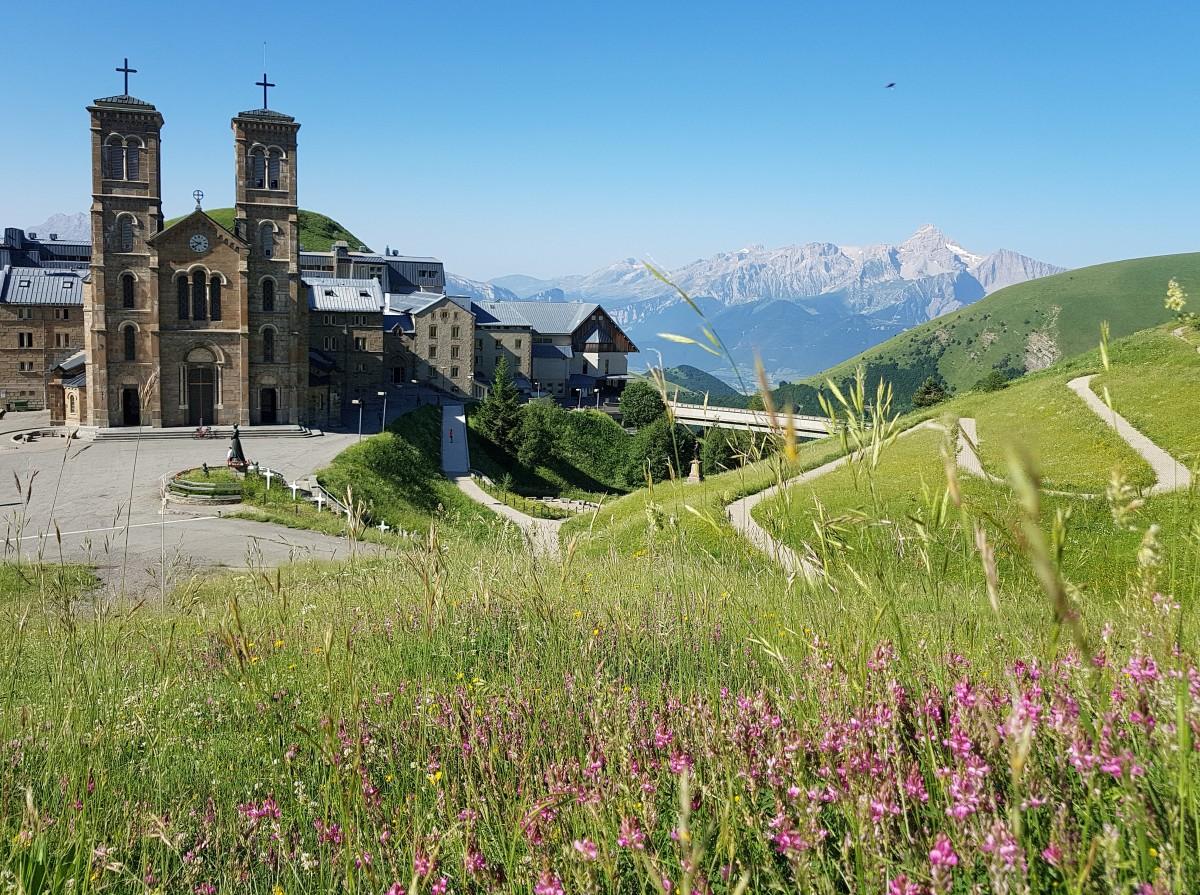 Zdjęcia: Sanktuarium Notre-Dame de La Salette, Alpy Delfinackie, W letniej odsłonie, FRANCJA