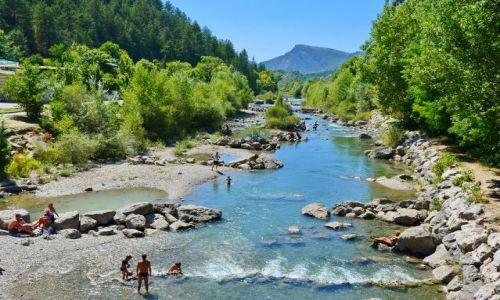 Zdjęcie FRANCJA / Provance / Castellane / Kąpiel w górskiej rzece