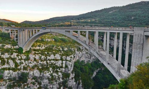 Zdjęcie FRANCJA / Prowansja / Goerges du Verdun / Most łukowy ze zwisającą liną do bungee