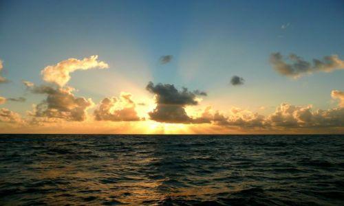 Zdjecie FRANCJA / Morze Karaibskie / pasaż przy Marie Galante / Chmury w słońcu