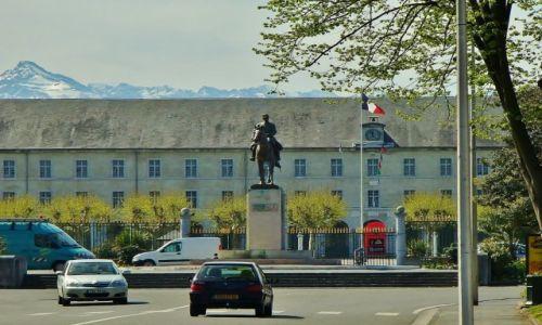 FRANCJA / Haute Pyrenees / Tarbes / Tarbes, marszałek Foch na koniu z koszarami w tle