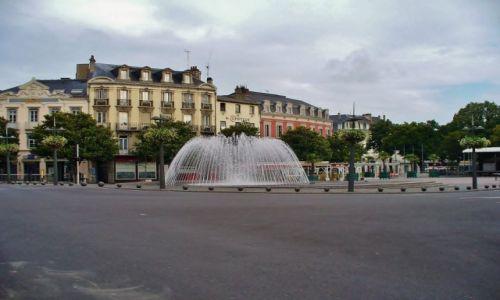FRANCJA / Haute Pyrenees / Tarbes / Tarbes, fontanna w której można spacerować