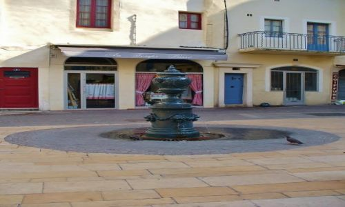 FRANCJA /  Langwedocja-Roussillon / Nimes / Nimes, mała fontanna