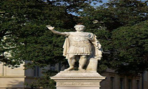 FRANCJA / Langwedocja-Roussillon / Nimes / Nimes, pomnik cesarza Marka Aureliusza