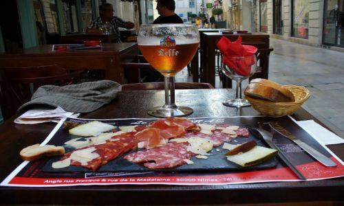 FRANCJA / Langwedocja-Roussillon / Nimes / Nimes, deska serów i wędlin z melonem