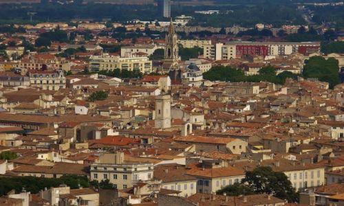 FRANCJA / Langwedocja-Roussillon / Nimes / Nimes, nad dachami miasta