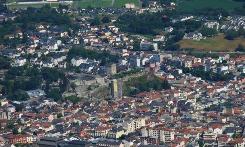 FRANCJA / Haute Pyrenees / Lourdes / Lourdes, widok z Pic de Jer na chateau fort