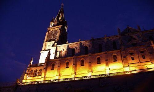 FRANCJA / Haute Pyrenees / Lourdes / Lourdes, bazylika nocą