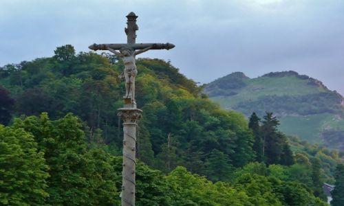 FRANCJA / Haute Pyrenees / Lourdes / Lourdes, krzyż przy wejściu