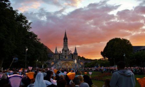 FRANCJA / Haute Pyrenees / Lourdes / Lourdes, różaniec wieczorny i procesja światła