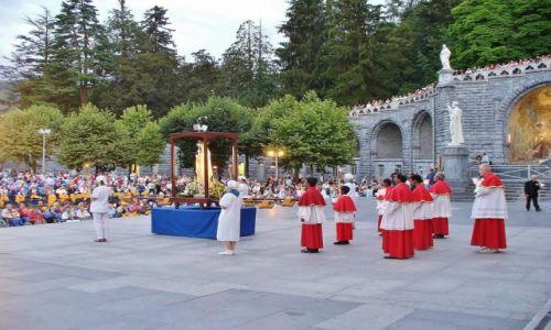 FRANCJA / haute pyrenees / Lourdes / Lourdes, wieczorny różaniec