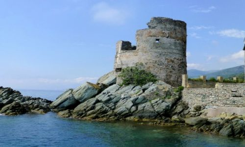 Zdjecie FRANCJA / Korsyka / Erbalunga / ruiny wieży genueńskiej w Erbalunga