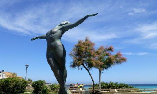 Zdjecie FRANCJA / Korsyka / L'Ile Rousse / ciekawy pomnik w nadmorskim parku -L'Ile Rousse