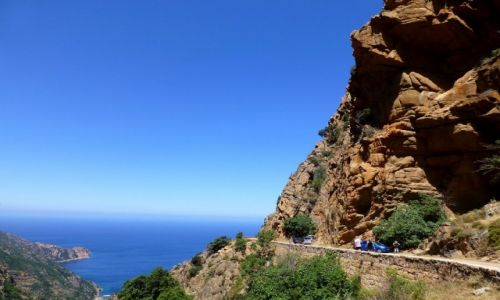 Zdjecie FRANCJA / Korsyka / zachodnie wybrzeże Korsyki / droga wśród czerwonych skał - Kalnques