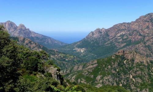 Zdjecie FRANCJA / Korsyka / droga do Col de Verghio / widok na wioskę Ota uczepioną skał nad wąwozem Spilonca