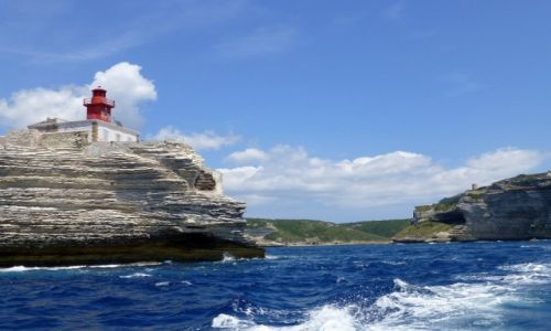 Zdjecie FRANCJA / Korsyka / Bonifacio / latarnia morska na wapiennym klifie