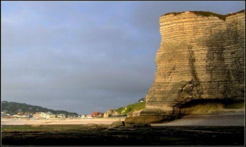 Zdjęcie FRANCJA / Normandia / Etretat / oświetlone słońcem...