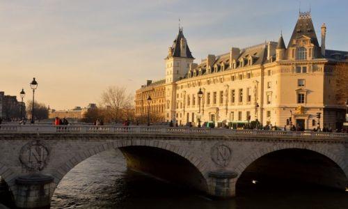 Zdjecie FRANCJA / - / Paryż / Nad Sekwaną dzień powoli kończy się...