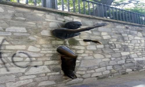 Zdjecie FRANCJA / Ile-de-France / Paryż- Montmartre / Głową muru nie przebijesz?