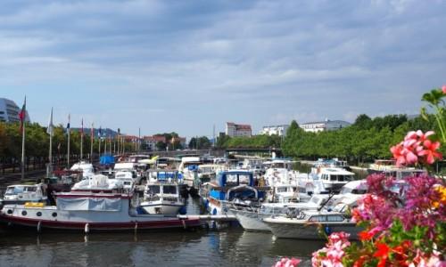 Zdjecie FRANCJA / Lotaryngia / Nancy - kanał Marna-Ren / z mostu w kwiat
