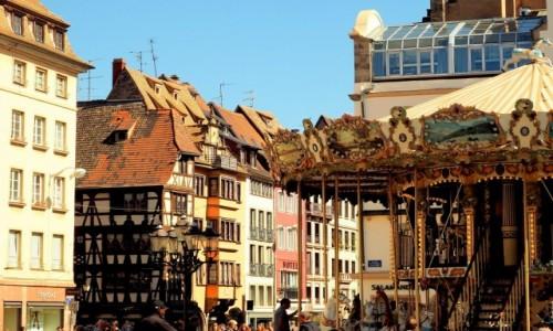 Zdjecie FRANCJA / Alzacja / Strasburg-plac Gutenberga / wiekowa karuzela...