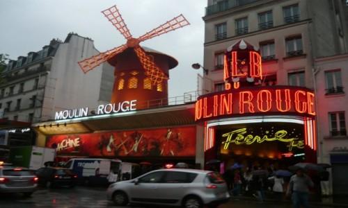 Zdjęcie FRANCJA / - / Moulin Rouge, Paryż, / Deszczowe Moulin Rouge, Paryż,