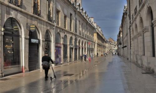 Zdjęcie FRANCJA / Burgundia / Dijon / Dijon, ulica po deszczu