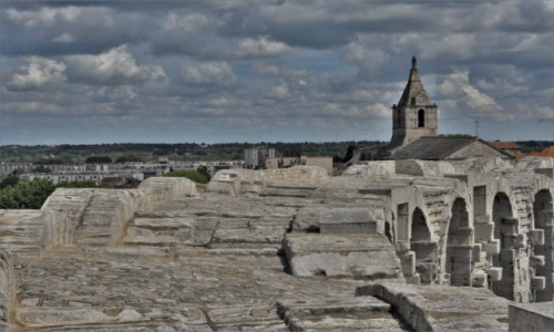 Zdjęcie FRANCJA / Prowansja / Arles / Arles, zakamarki, ponad dachami
