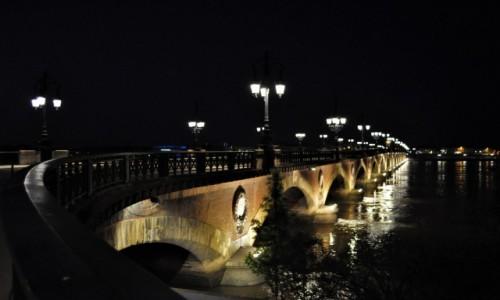 Zdjęcie FRANCJA / Akwitania / Bordeaux / Bordeaux wieczór, kamienny most