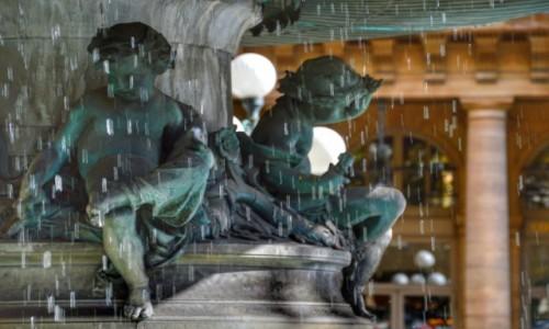 Zdjecie FRANCJA / - / Paryż / Zmoknięte aniołki