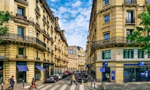 Zdjecie FRANCJA / Paryż / Paryż / spacerując z telefonem