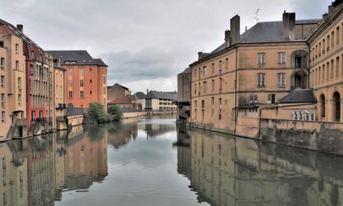 Zdjecie FRANCJA / Lotaryngia / Metz / zbudowane z biegiem rzeki...